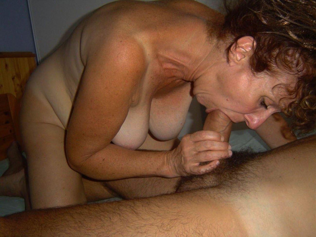 Русское порно пожилая сосет у мужа