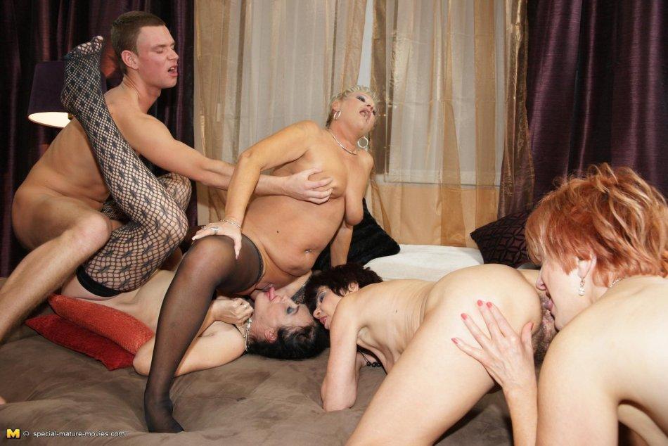Долгая оргия со зрелыми дамами в доме на колёсах